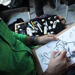 caricaturista en papel